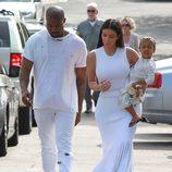 Kim Kardashian con Kanye West y North West vistiendo de blanco con motivo de la Misa de Pascua 2015