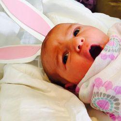 Scarlett May, hija de Molly Sims con unas orejas de conejo por el Día de Pascua 2015