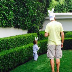 El marido de Moly Sims y su hijo buscando huevos de pascua en el Día de Pascua 2015