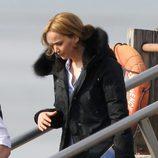 Jennifer Lawrence bajando de un barco en el rodaje de la película 'Joy'