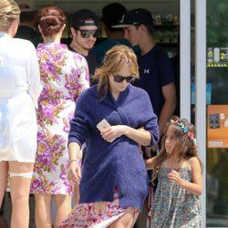 Jennifer Lopez con su hija Emme en una gasolinera de México