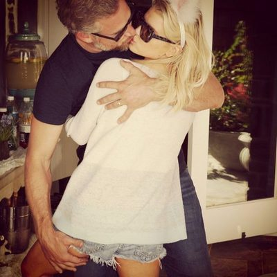 Jessica Simpson y Eric Johnson besándose por el Día de Pascua