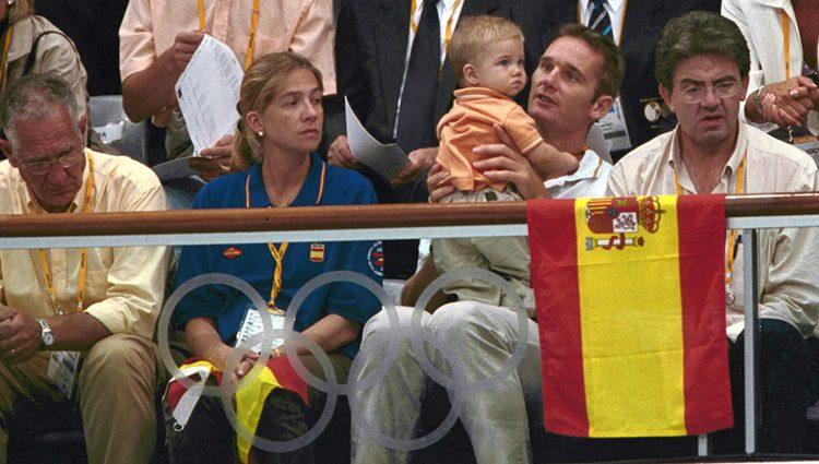Los Duques de Palma y su hijo Juan con Carlos García Revenga en Sydney 2000