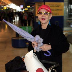 Karmele Marchante en el aeropuerto de Madrid despidiendo a los 'Supervivientes 2015'