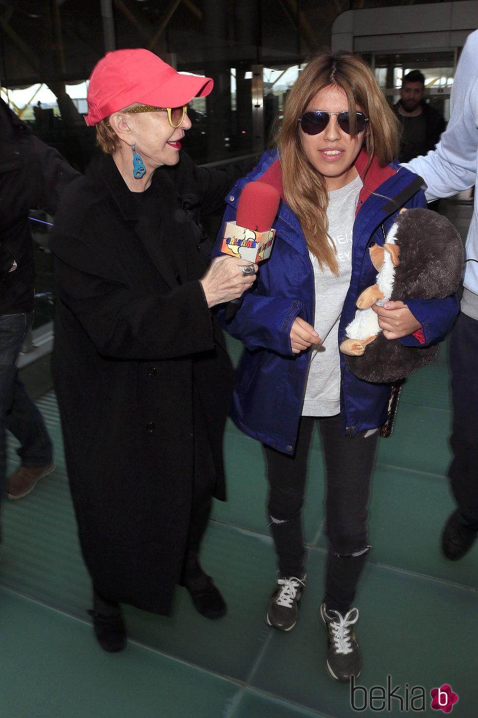 Karmele Marchante entrevistando a Chabelita Pantoja en el aeropuerto de Madrid para irse a 'Supervivientes 2015'