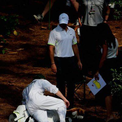 Niall Horan tropieza al hacer de caddie en un torneo de golf