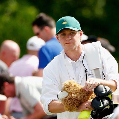Niall Horan haciendo de caddie para Rory Mcllroy