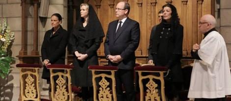Estefanía, Charlene, Alberto y Carolina de Mónaco en la misa por el décimo aniversario de la muerte del Príncipe Rainiero