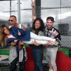 Nacho Vidal, Fortu y Rasel sostienen a Chabelita en volandas en las fotos de su viaje para participar en 'Supervivientes 2015'
