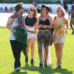Julianne Hough, Lauren Parsekian y Aaron Paul en el Festival de Coachella 2015