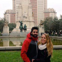 Yoli y Jonathan en la Plaza de España en Madrid