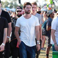 Patrick Schwarzenegger paseando tranquilamente en el Festival de Coachella 2015