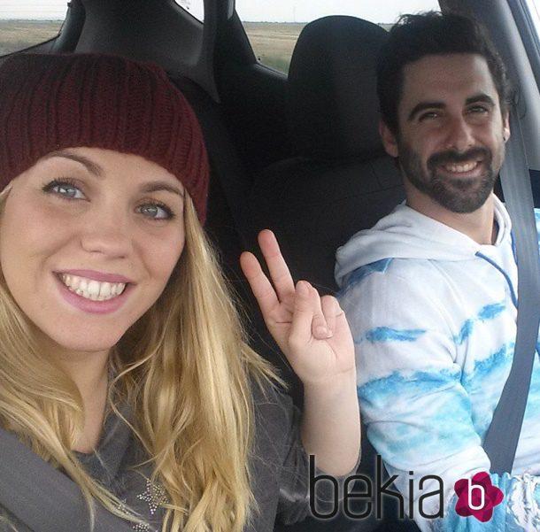 Yoli y Jonathan viajando en coche