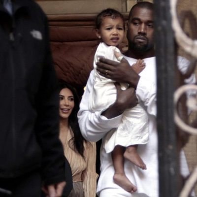 Kanye West y North West de blanco en su bautizo en Israel
