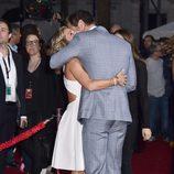 Elsa Pataky abrazando a Chris Hemsworth en el estreno de 'Los vengadores: la era de Ultron' en Los Angeles