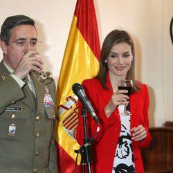 La Reina Letizia no prueba el vino en un brindis por el Rey en la Academia de Artillería de Segovia