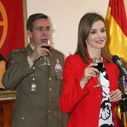 La Reina Letizia no bebe vino en un brindis por España en la Academia de Artillería de Segovia