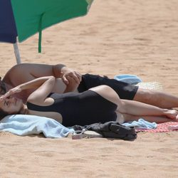 Penélope Cruz y Javier Bardem durante un día de playa en Hawai