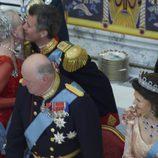 Federico de Dinamarca besa a Margarita de Dinamarca en su 75 cumpleaños
