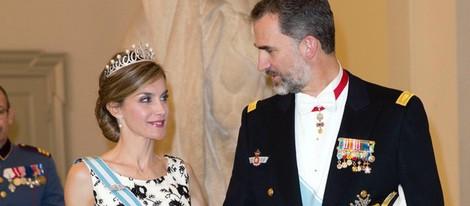 Los Reyes Felipe y Letizia se dedican una tierna mirada en el 75 cumpleaños de Margarita de Dinamarca