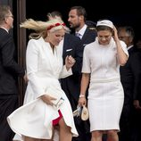 Mette-Marit de Noruega y Victoria de Suecia, a punto de salir volando en el 75 cumpleaños de Margarita de Dinamarca