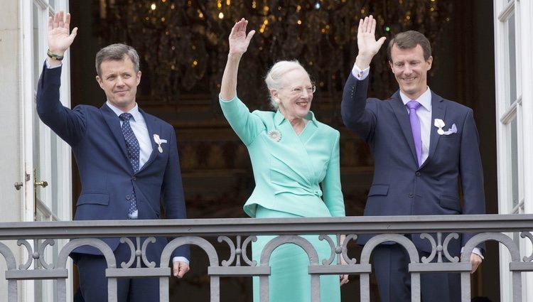 Margarita de Dinamarca con sus hijos Federico y Joaquín en la celebración de su 75 cumpleaños