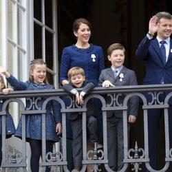 Federico y Mary de Dinamarca con sus hijos en el 75 cumpleanos de Margarita de Dinamarca