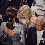 Mary de Dinamarca y Mette-Marit de Noruega hablando en la cena de gala por el 75 cumpleaños de Margarita de Dinamarca