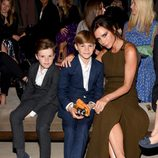 Victoria Beckham con sus hijos Cruz y Romeo en el desfile de Burberry 'London in Los Angeles'