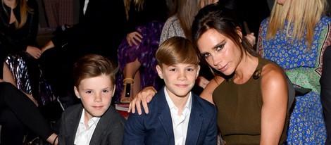 Victoria Beckham con sus hijos Cruz y Romeo en el desfile de Burberry 'London in Los Angeles'