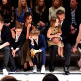 David y Victoria Beckham con sus cuatro hijos en el desfile de Burberry 'London in Los Angeles'