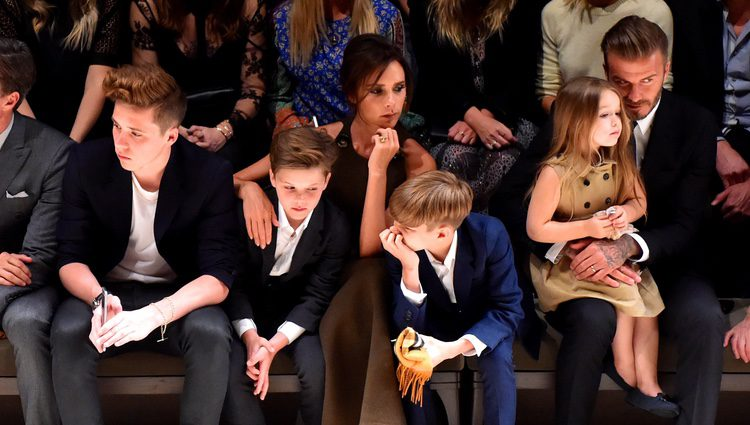 David y Victoria Beckham con sus cuatro hijos en el desfile de Burberry 'London in Los Angeles'
