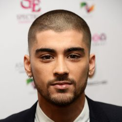 Zayn Malik con la cabeza rapada en los Asian Awards 2015