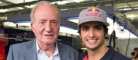 El Rey Juan Carlos posa junto a Carlos Sainz hijo que se estrena en Toro Rosso