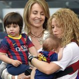 Shakira en el Camp Nou con Milan, Sasha y Monserrat Bernabeu