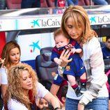 Shakira y Monserrat Bernabeu llevan a Milan y Sasha a un partido del Barça