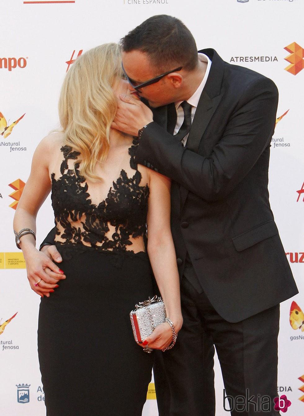 Risto Mejide y Carla Nieto, un beso de película en la alfombra roja del Festival de Cine de Málaga