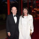 Jerry Perenchio y Anjelica Huston en la gala del 50 aniversario del LACMA