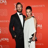 Armie Hammer y Elizabeth Chambers en la gala del 50 aniversario del LACMA