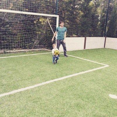 Iker Casillas practicando un poco de fútbol con su hijo Martín