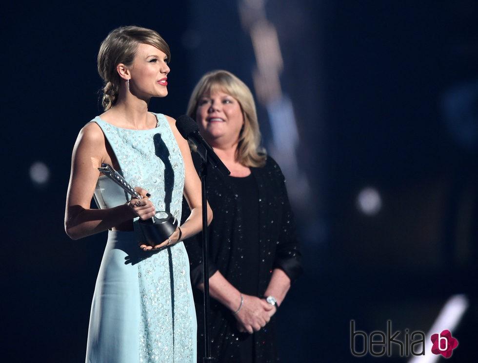 Taylor Swift recogiendo junto a su madre Andrea Finlay el Premio Milestone de los ACM Awards 2015