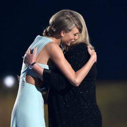 Taylor Swift abrazando a su madre Andrea Finlay en los ACM Awards 2015