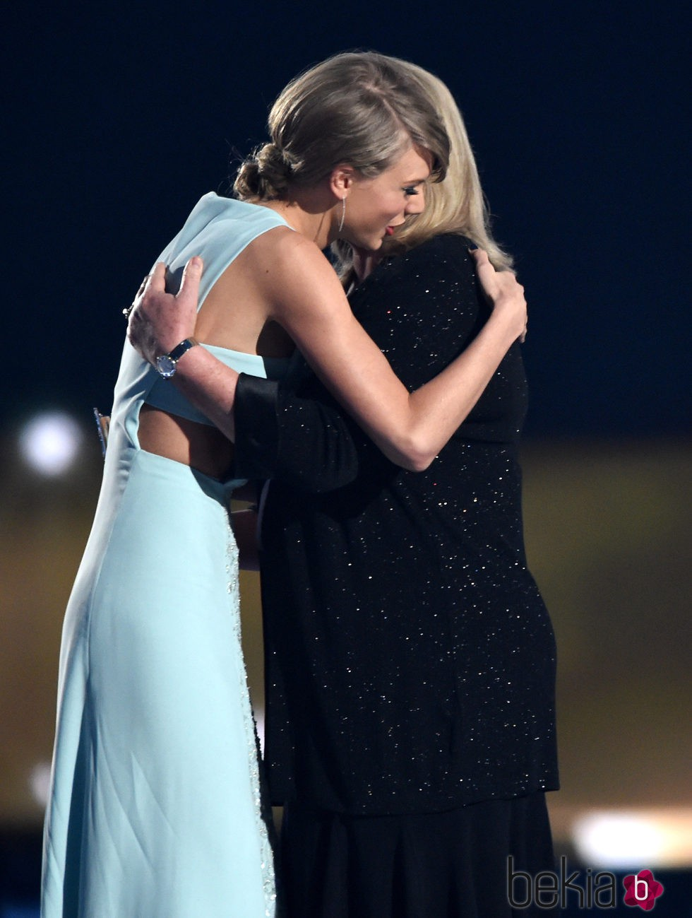 Taylor Swift abrazando a su madre Andrea Finlay en los ACM Awards 2015