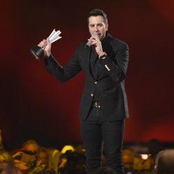 Luke Bryan con su galardón en los ACM Awards 2015