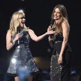 Sofía Vergara y Reese Witherspoon bromeando en los ACM Awards 2015