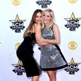 Sofía Vergara y Reese Witherspoon abrazándose en los ACM Awards 2015
