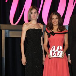 La Reina Letizia con Salma Hayek en los Premios Woman 2015