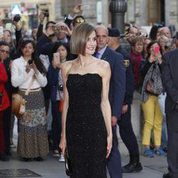 La Reina Letizia estrena nuevo look en los Premios Woman 2015