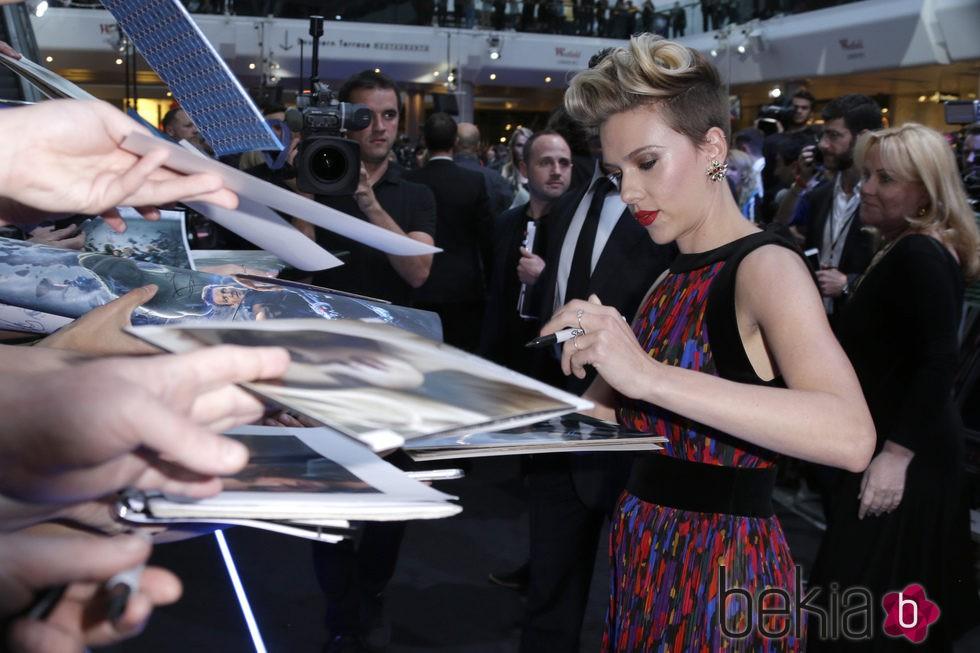 Scarlett Johansson firmando autógrafos en el estreno de 'Los Vengadores: la era de Ultron' en Londres
