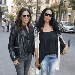 Toñi y Encarna Salazar en el funeral de María Pineda en Madrid